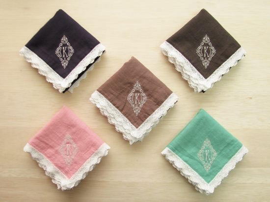 YLINUM 植物色のレース付きガーゼハンカチ イニシャル刺繍