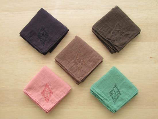 YLINUM 植物色のガーゼハンカチ イニシャル刺繍