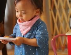 コーディネート – デニムのシャツとイチゴ染めのハンカチ